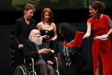 İstanbul Film Festivali, 2014 yılında Gio, Alin Taşçıyan'dan FIBRESCİ ödülünü alırken